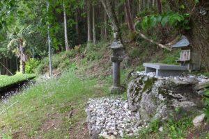 茶畑を見下ろす場所にまつられているナカニシウジノカミ(大台町神瀬)