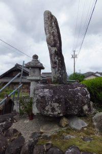 常夜燈と六字名号碑(宝泉寺参道入口付近)