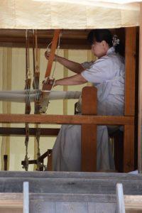 神御衣の奉織作業(神服織機殿神社)