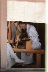 神御衣の奉織作業(神麻続機殿神社)