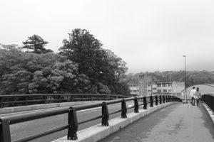 大土御祖神社の社叢と五十鈴川に架かる五十鈴橋