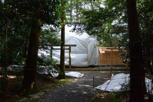 覆屋が掛けられ修繕作業中の朽羅神社と仮殿(皇大神宮 摂社)