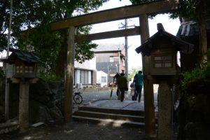 参道の石橋の下は環濠跡(河邊七種神社)