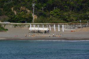御潜神事のための準備が進められる老の浜(鳥羽市国崎町)