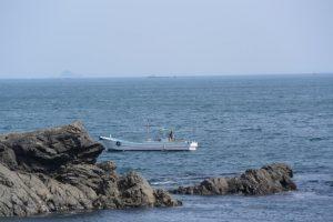 鎧崎付近で操業する漁船