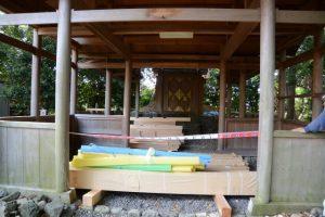 拝殿の下に準備された鳥居等の新しい御用材(上社)