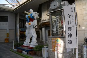 伊勢高柳商店街に立てられている「平成二十八年秋 今社御神遷」の幟