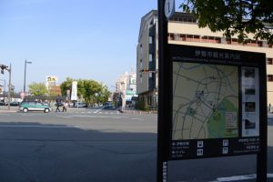 伊勢市駅西交差点付近から遠望する世木神社の社叢