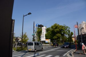 外宮参道から望む世木神社の社叢