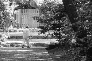 榊の交換を終えた喜多井さん(御塩殿神社)