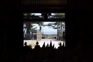賓日館から望む二見浦海岸