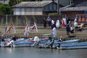 江漁港に到着した藻刈神事の奉仕者たち