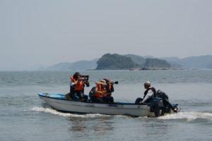 先導する報道用の船(藻刈神事)