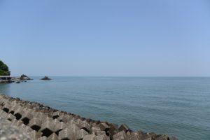 二見プラザ北側から望む夫婦岩と藻刈神事の祭場