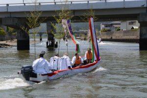 藻刈神事を終えて引き返す船々
