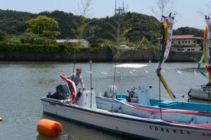 藻刈神事に使用された船の後片付け(江漁港)