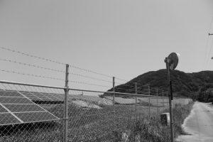 メガソーラーを左に見ながら神前神社へ