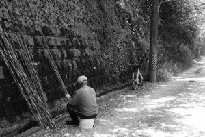 野菜の支柱を作る男性(神前神社へ向かう途中に出会った)
