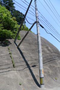 一直線上に列んだ国道42号の歩道側法面の影(松下跨線橋付近)