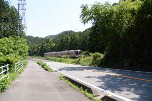 国道42号と並行して走るJR快速みえ名古屋行(松下跨線橋付近)
