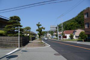 堅田神社の参道入口付近から望む田所酒販