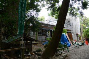 屋根瓦が葺き終えられた上社の社務所(伊勢市辻久留)
