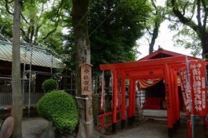 修繕が続けられる今社と假殿となっている清川稲荷大明神(伊勢市宮町)