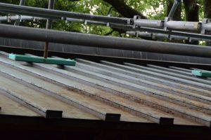 今社、修繕中の拝殿の屋根は汚れが・・・?(伊勢市宮町)