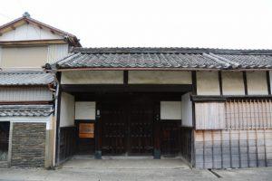 旧御師丸岡宗大夫邸の築地塀と長屋門 (伊勢市宮町)