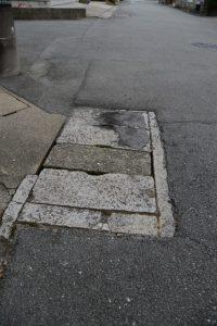 路上に残された謎の石蓋(伊勢市大世古)