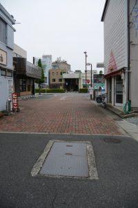 路上に残された謎の石蓋(伊勢市曽祢)
