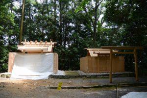 大修繕がほぼ終了となった朽羅神社と仮殿(皇大神宮 摂社)