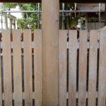 拝殿(今社)の水洗い後の仕上げ、仕上げ後(左)・仕上げ前(右)