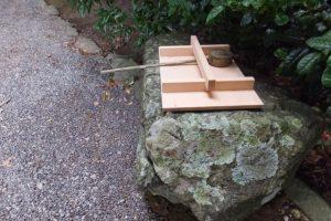 蓋は新しくなっていた手水石(朽羅神社)
