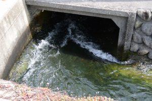 伊勢市立伊勢図書館付近を流れる水路