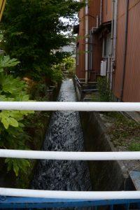 伊勢市立伊勢図書館付近へ流れる水路