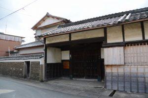 旧御師 丸岡宗大夫邸の築地塀と長屋門