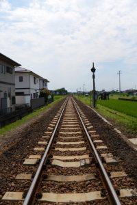 鹿之海踏切から望むJR参宮線の伊勢市駅方向