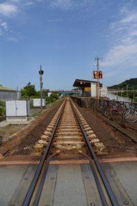鹿之海踏切から望むJR参宮線の二見浦駅方向