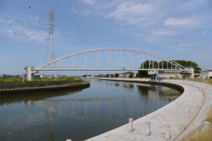 二軒茶屋餅付近から望む勢田川に架かる水管橋