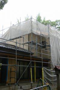 社務所の二階建て部分の壁面はサイディング(上社)