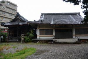 稲荷堂と本堂(かさもりいなり法住院)