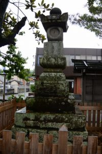 石塔(かさもりいなり法住院)