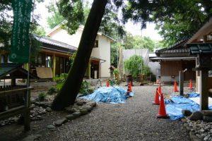 建替工事中の社務所と蕃塀の造替準備(上社)