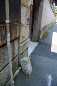 馬止めの石柱(伊勢ゲストハウス紬舎前)