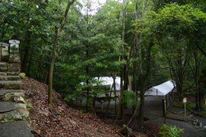 旧林崎文庫の裏門への階段付近から望む饗土橋姫神社方向