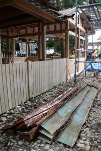 拝殿の屋根から取り外された銅板、上社(伊勢市辻久留)
