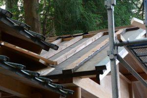 銅板が取り外された拝殿の屋根、上社(伊勢市辻久留)