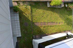 芝刈りを終えた自宅の庭