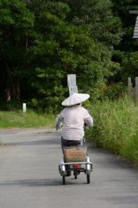 私の背後を通り過ぎたおばあちゃん(民話の駅 蘇民付近)